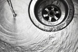 água quente ralo da pia da cozinha