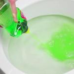 Como desentupir o vaso usando detergente e água